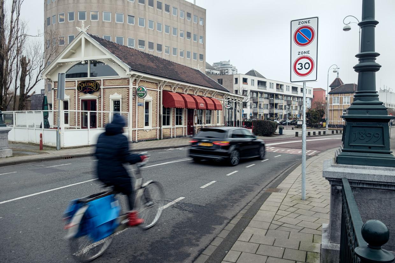 Op de Cruquiusweg is 30 kilometer per uur het maximum, maar niemand houdt zich daaraan. Beeld Jakob Van Vliet