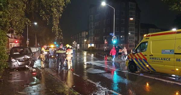Automobilisten negeren afzetting van politiewagens en pionnen bij ongeval.