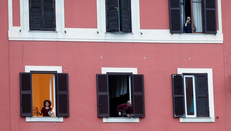 In Rome blijven de mensen vooral binnen.  Beeld REUTERS
