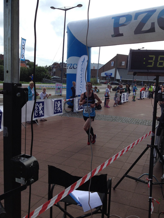 Patrick de Vos komt als eerste over de finish bij de 10 kilometer.