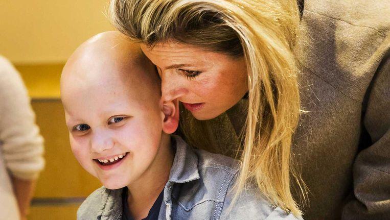 Koningin Maxima praat in het Stedelijk Museum met een patientje tijdens een evenement van Villa Joep, het fonds tegen neuroblastoom