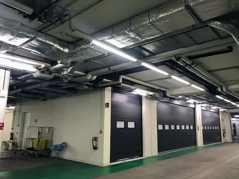 De coronacontainer in UZ Leuven. De wite deur links is de ingang en gaat automatisch open.