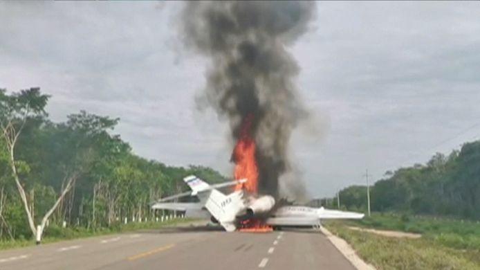 Het vliegtuig werd vermoedelijk door de drugssmokkelaars in brand gestoken op de snelweg.