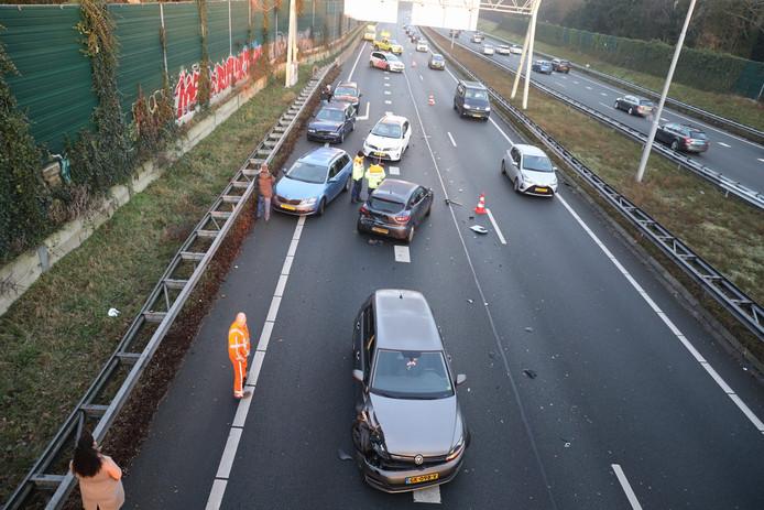 Een kettingbotsing op de A1 bij knooppunt Eemnes zorgt voor flink wat file.