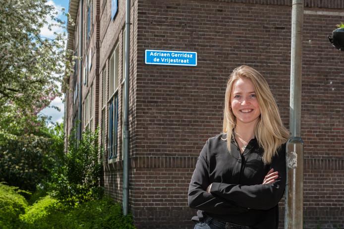 Onderzoekster Micha Knoester in de A.G. de Vrijestraat, waar de familie Van Norden een doorgangshuis bestierde voor onderduikers.