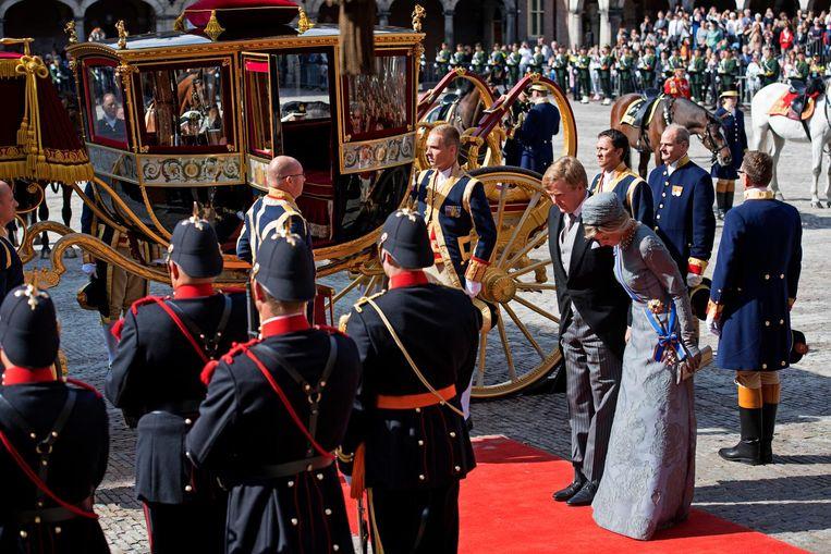 Koning Willem-Alexander en koningin Maxima komen aan bij de Ridderzaal Beeld anp