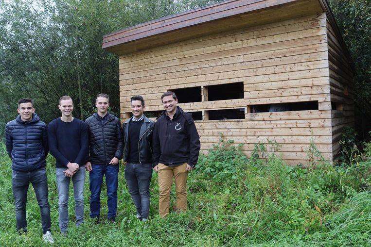 De leerlingen van Thomas More Geel die de hut ontworpen en gebouwd hebben: Joren De Voegt, Seppe Vinckx, Yente Van den Nieuwenhuyzen, Anthony Dehouwer en Stef Staes.