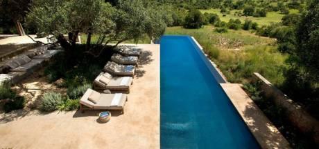 Aan het zwembad van deze villa komt soms een kudde olifanten voorbij