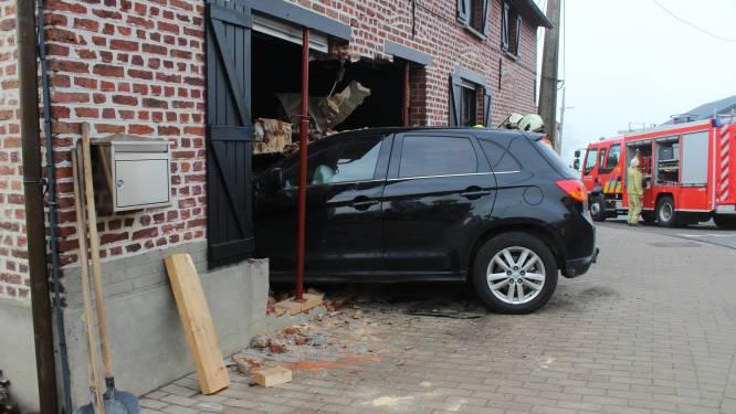 Auto rijdt dwars door gevel van huis en belandt in living