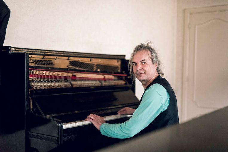 Componist Wolf aan één van zijn vele piano's.