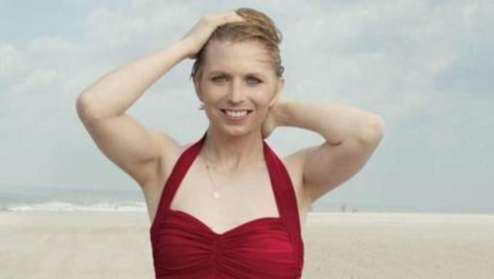 Chelsea Manning in badpak voor modemagazine Vogue.