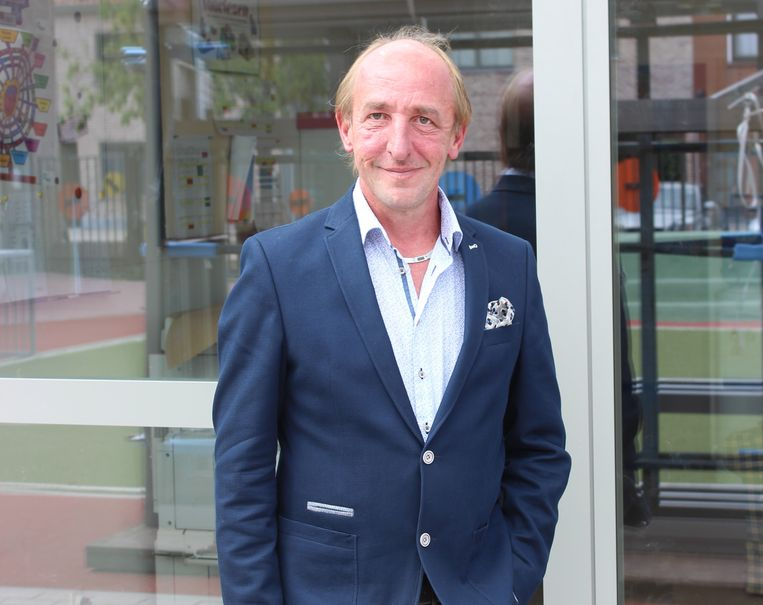 """Schepen van Onderwijs Eddy Soetewey (N-VA) bij de gemeentelijke basisschool in de Veldstraat: """"De scholengroep zal  zorgen voor een nóg sterkere ondersteuning van de directeur en het schoolteam."""""""