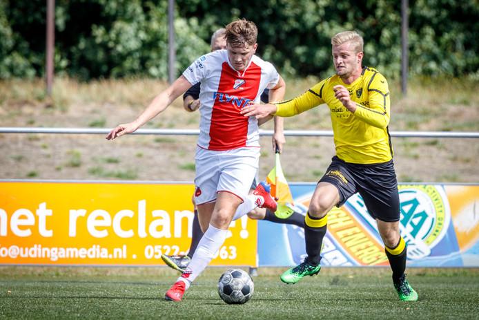 Karel IJzerman (rechts) doet er alles aan om Flevo Boys-spits Yumé Ramos van de bal te zetten.