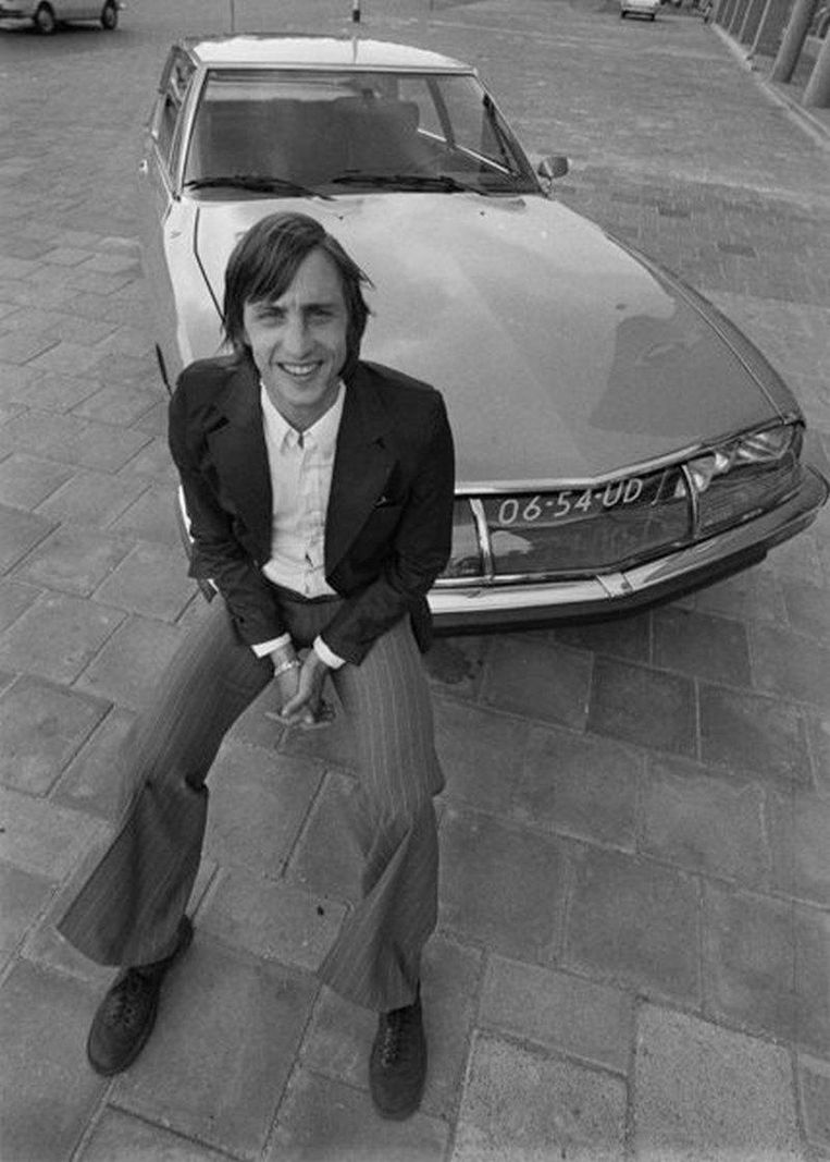 Johan Cruijff bij zijn Citroën. Beeld Catawiki