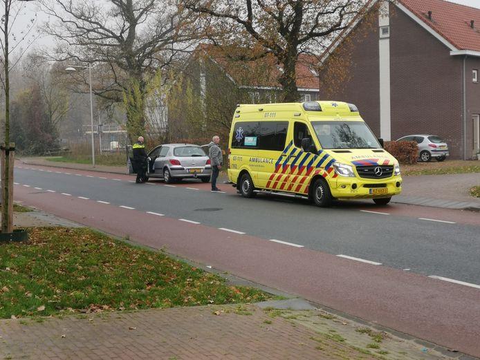 De ambulance bracht een gewonde naar het ziekenhuis na de kopstaartbotsing in Ede.