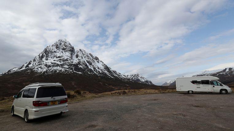 Een Engelse camper, gevlucht naar Buachaille Etive Mor, Schotland. Beeld Reuters