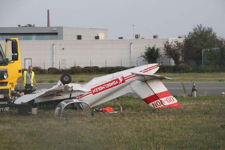 Het sportvliegtuigje maakte een buiteling en kwam ondersteboven tot stilstand.