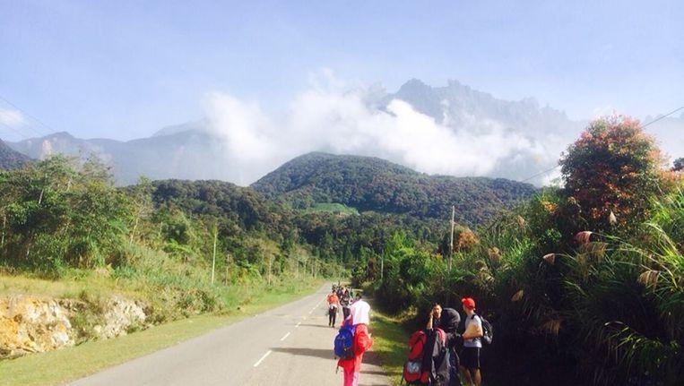Toeristen proberen een veilig heenkomen te zoeken na de zware aardbeving op de berg Kinabalu.