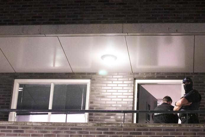 De politie doet tot diep in de avond onderzoek op een van de  locaties in Arnhem waar eerder arrestaties zijn verricht.