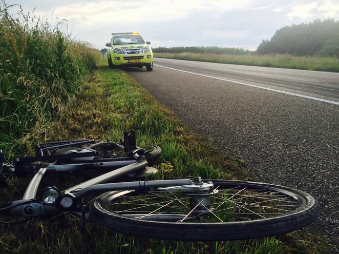 De fiets lag naast het asfalt van de A58.