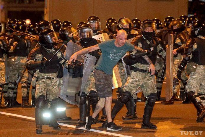 Politieagenten houden een man vast.