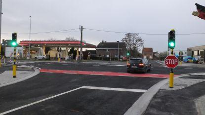 Na zes jaar wachten en vijf maanden werken heeft kruispunt N43/Pontstraat eindelijk verkeerslichten