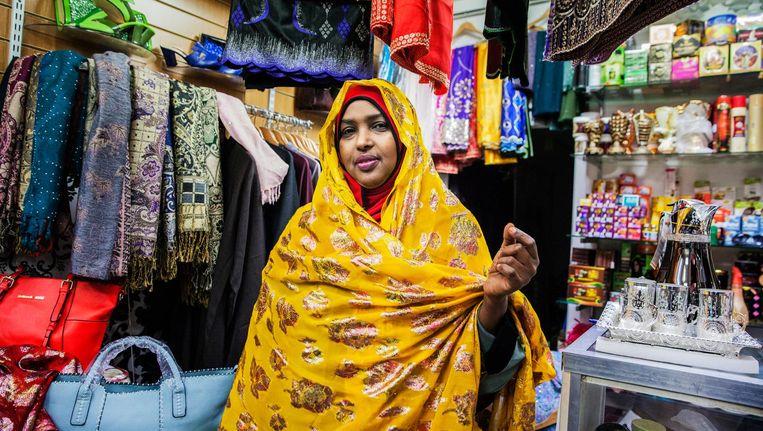 Miski Amar heeft een klein winkeltje in de Nederlandstalige Somalische community in Birmingham Beeld Aurélie Geurts / de Volkskrant