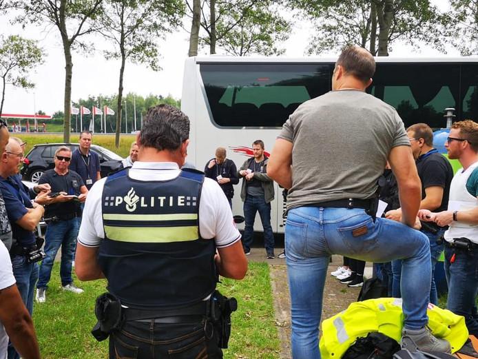 Actiedag: agenten spotten na te zijn bijgepraat overtreders op snelweg in Midden-Nederland vanuit een touringcar.