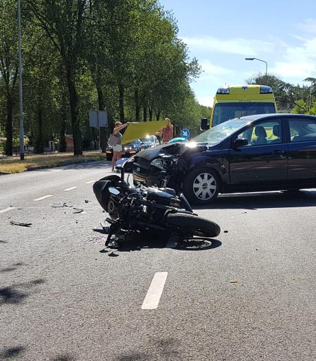 Motorrijder naar ziekenhuis na botsing met auto in Renkum