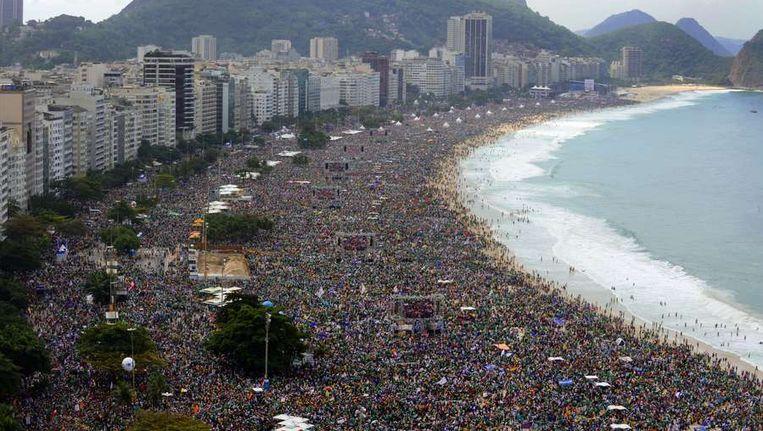 Ruim 3 miljoen mensen kwamen bijeen op het strand van Copacabana in Rio de Janeiro om getuige te zijn van de zondagsmis. Beeld afp