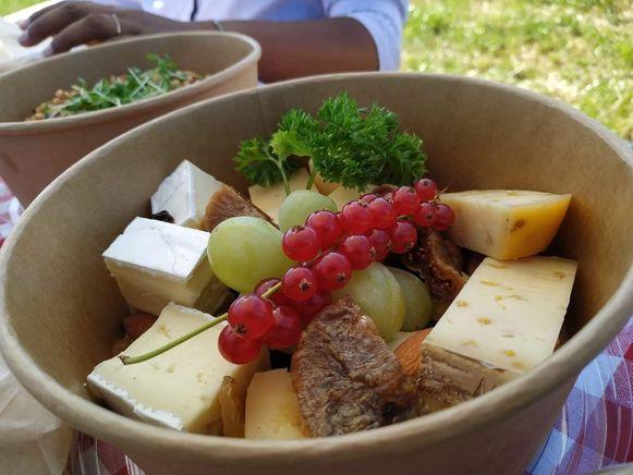 In de picknickmand kan u verschillende lokale producten terugvinden.