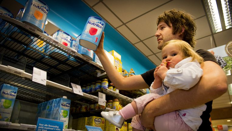 Melkpoeder is nauwelijks meer te krijgen in de supermarkt door de grote vraag vanuit China. Beeld ANP