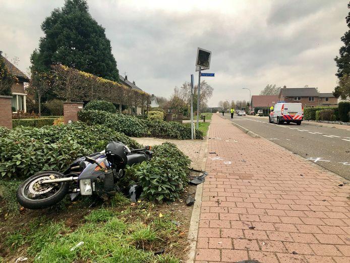 De auto botste op de motorrijder op de Vossenpelssestraat in Bemmel, vlak voor de bebouwde kom van Lent. De motorrijder moest naar het ziekenhuis.