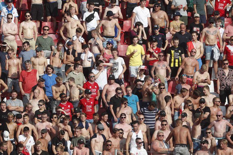 Supporters, zoals deze van FC Utrecht, zijn in het nieuwe seizoen weer welkom bij wedstrijden maar wel op anderhalve meter van elkaar.  Beeld ANP