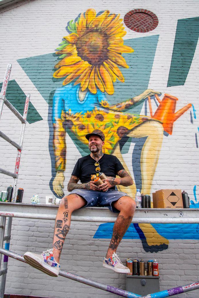 Kunstenaar Erik Veldmeijer droomt er al een jaar of vijf van: om in elke wijk van Tilburg een muurschildering te maken die betrekking heeft op een historische gebeurtenis of persoon.
