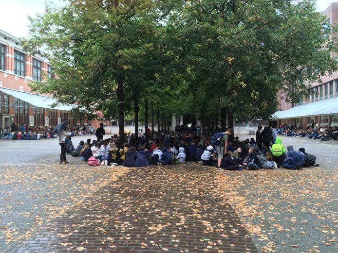 De boze leerlingen gingen over tot een zitstaking uit protest tegen de fusieplannen.