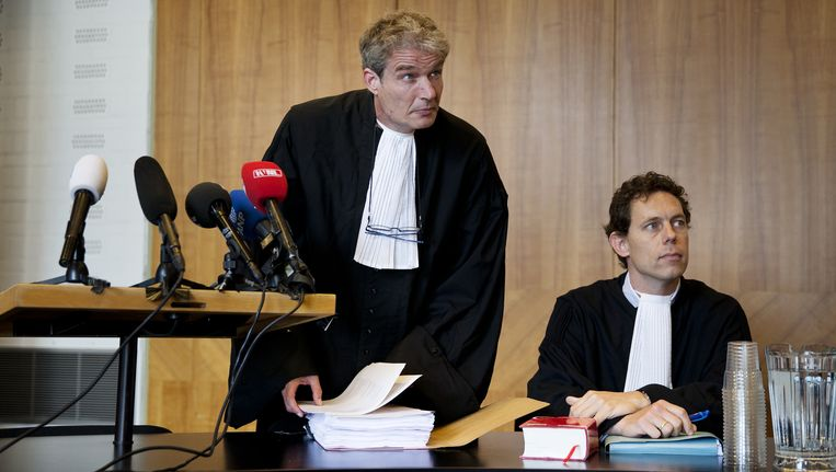 Advocaten Stijn Franken (l) en Mark Krul, die Volkert van der G. bijstaan, bij aanvang van het kort geding. Beeld anp
