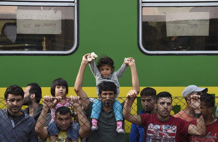 Migranten op het station in Bicske, Hongarije. Beeld anp