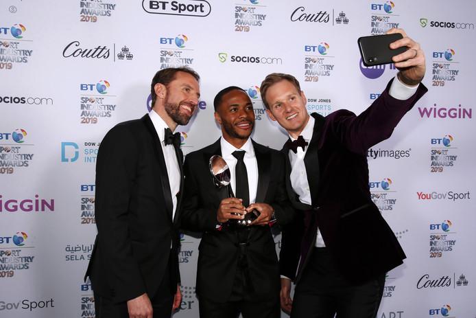 Presentator Dan Walker maakt een selfie met Gareth Southgate (l) en Raheem Sterling.