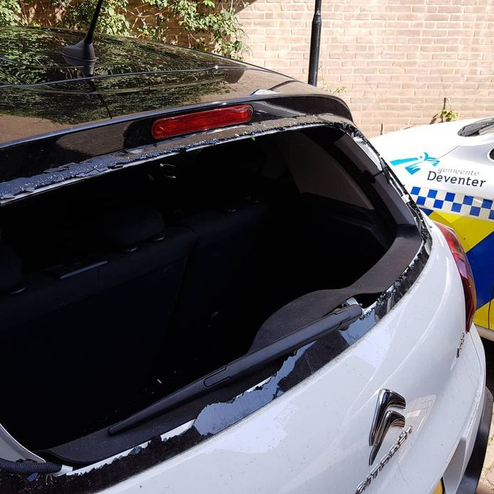 Bij de Rembrandtkade in Deventer hebben onbekende de achterruit van een auto van het team Toezicht en Handhaving vernield.