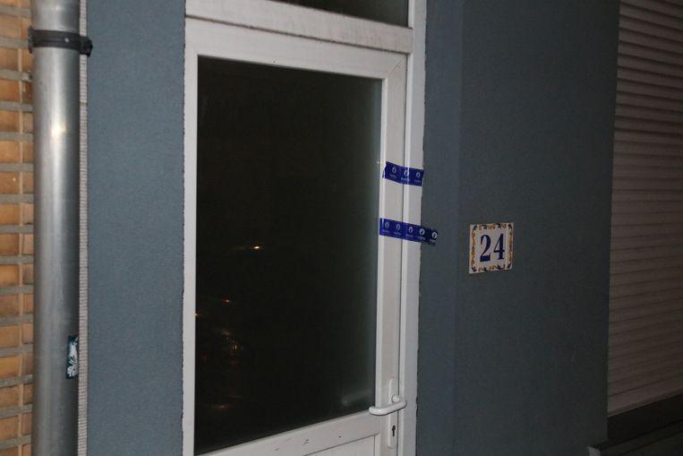 De woning was gisterenavond verzegeld door de politie.