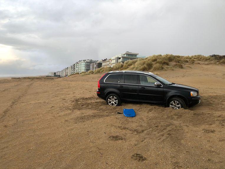 De Volvo had zich muurvast gereden in het losse zand, op weg naar een chalet in de duinen.