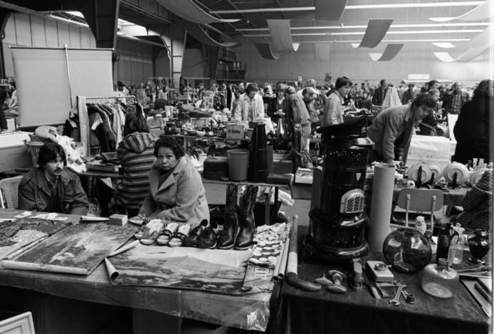 De Haagse Vlooienmarkt in de Houtrusthallen in 1981.