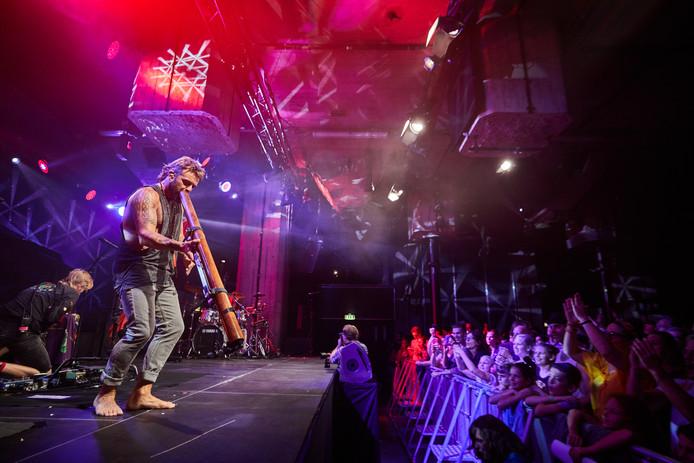 Het was meteen feest bij het eerste concert in de nieuwe popzaal in de Rotterdamse Maassilo. Hippiezanger Xavier Rudd zweepte zijn fans op en het klonk  heerlijk.