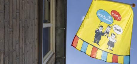 Zes weken voor het Schoolfeest hangt Goor de vlag uit