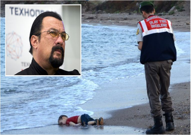 De voor de Syrische burgeroorlog gevluchte peuter Aylan Kurdi (2) spoelde in september 2015 levensloos aan op een Turks strand na een mislukte oversteek naar Griekenland. De foto werd het symbool van de vluchtelingencrisis van 2015. Inzet: acteur Steven Seagal.