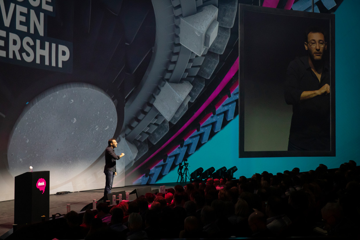 Simon Sinek als keynote spreker bij Purpose Driven Leadership in Theater Amsterdam.