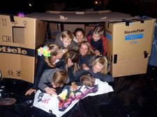 Jongeren slapen nachtje in doos bij Catharinakerk Heusden