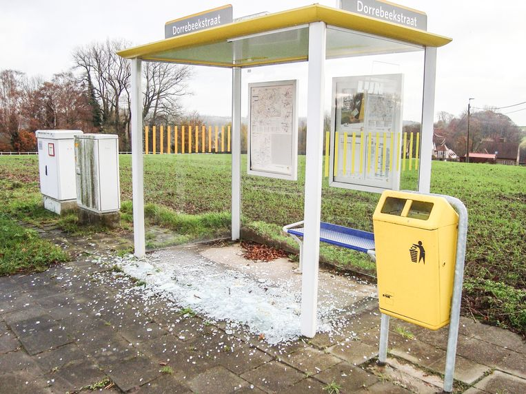 Het vernielde bushokje aan de Dorrebeekstraat.