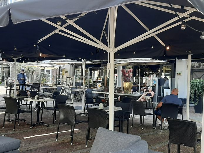 Het is zaterdagmiddag nog stil op het terras van De Buurvrouw. De stoelen en tafels staan wel keurig volgens de regels opgesteld.